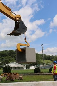 Pipe hook with wings lifting culvert box